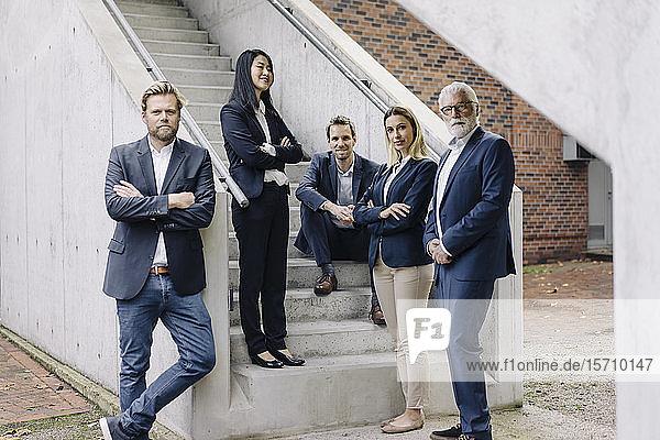 Porträt von selbstbewussten Geschäftsleuten auf einer Außentreppe