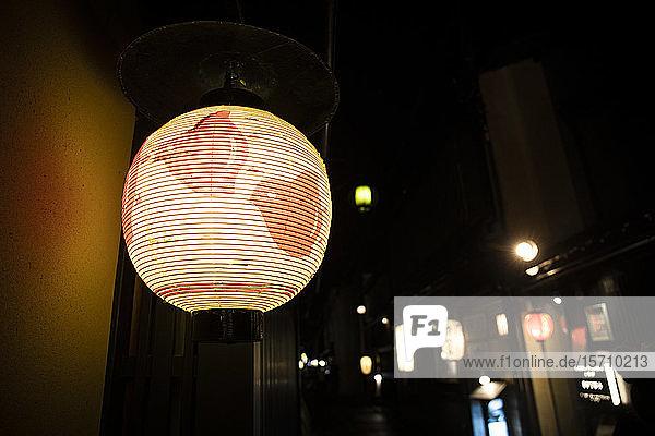 Japan  Präfektur Kyoto  Stadt Kyoto  Glühende Laterne beleuchtet nächtliche Straße