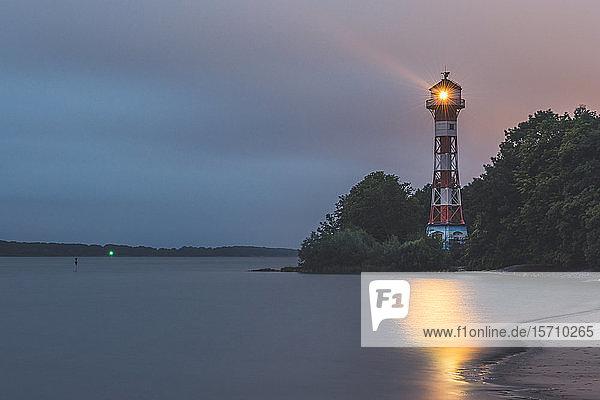 Deutschland  Hamburg  Leuchtturm Rissen in der Abenddämmerung