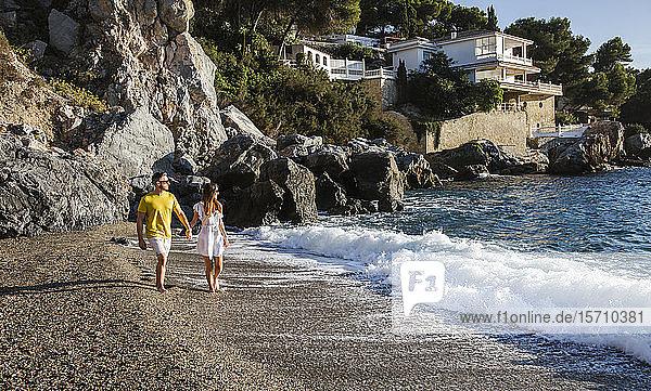Junges Paar am Strand bei Sonnenuntergang