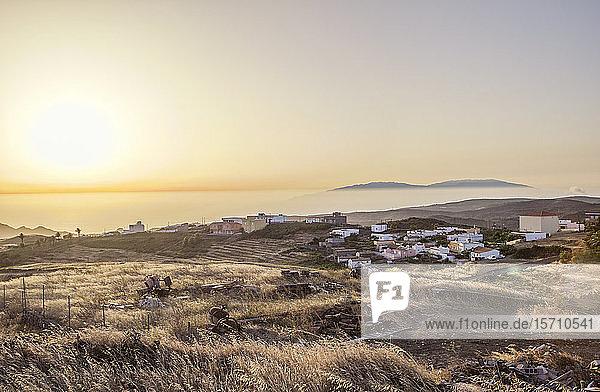 Spanien  Kanarische Inseln  La Gomera  Küstendorf bei Sonnenuntergang