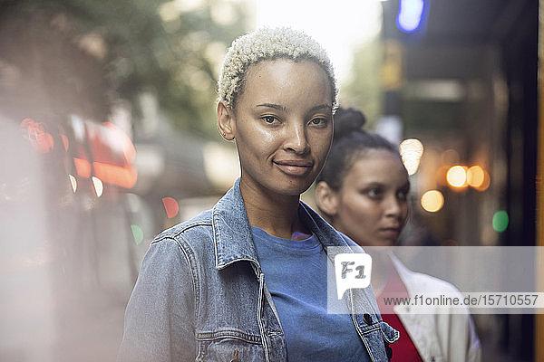 Porträt einer selbstbewussten jungen Frau mit ihrem Freund in der Stadt