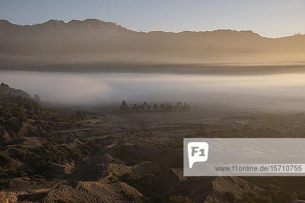 Indonesien  Ost-Java  Dichter Morgennebel  der das Tal im Bromo Tengger Semeru-Nationalpark einhüllt