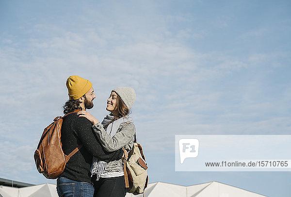 Junges Paar umarmt sich in der Stadt  Berlin  Deutschland