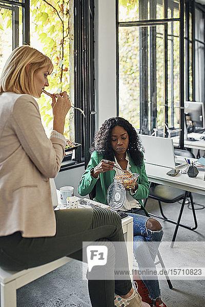 Geschäftsfrauen machen Mittagspause im Büro
