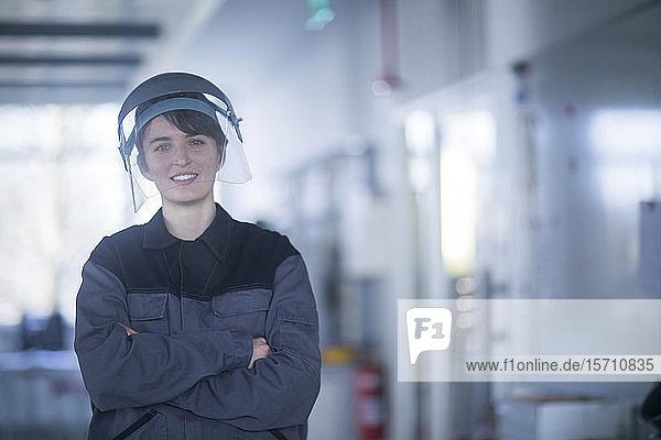 Porträt einer Technikerin mit Schutzhelm