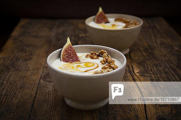 Schalen mit griechischem Joghurt mit Honig  Walnüssen und Feigen