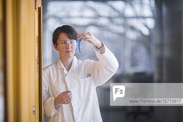 Chemikerin untersucht bei der Arbeit eine Flüssigkeit