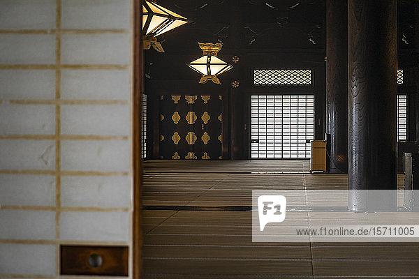 Japan  Präfektur Kyoto  Stadt Kyoto  Inneres des japanischen buddhistischen Tempels