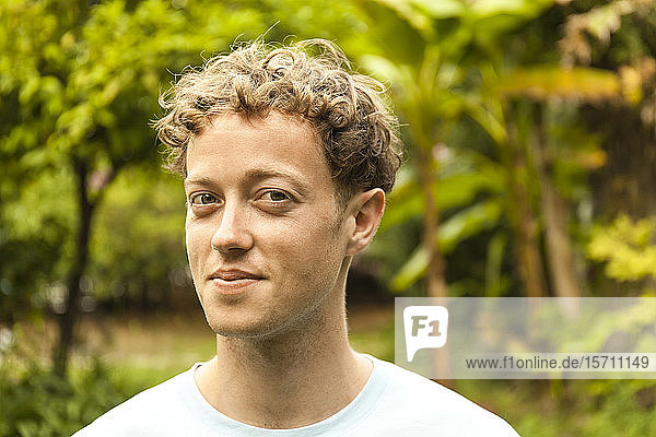 Porträt eines lächelnden jungen erdbeerblonden Mannes Porträt eines lächelnden jungen erdbeerblonden Mannes
