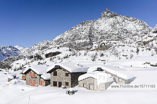 Mit Neuschnee bedeckte Berghütten  Valmalenco  Italien