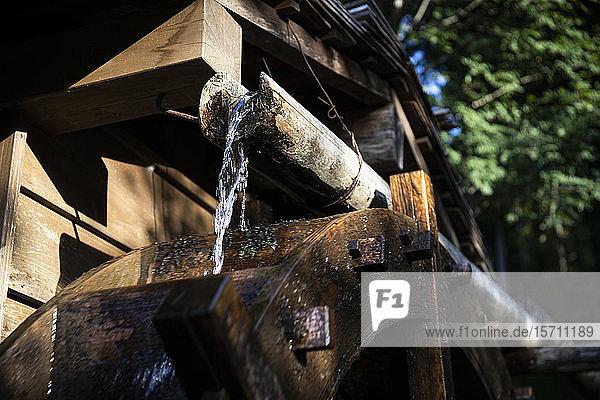 Japan  Takayama  Nahaufnahme der Wassermühle im Volksdorf Hida