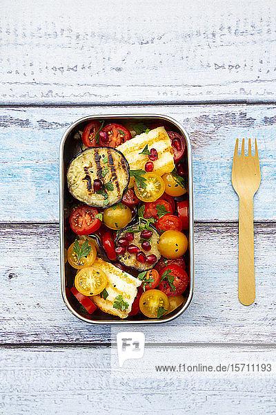 Persischer Tomatensalat mit Halloumi in Metall-Lunchbox