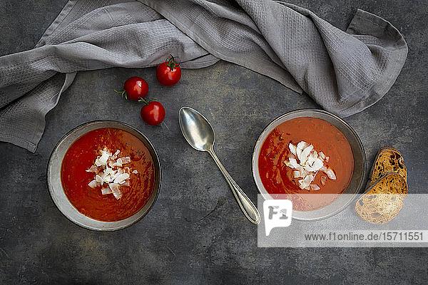 Schalen mit veganer Tomatensuppe mit Kokosnussflocken