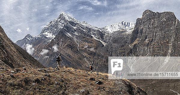 Wanderer am Tsaurabong-Gipfel  italienisches Basislager  Dhaulagiri-Rundwanderung  Himalaya  Nepal