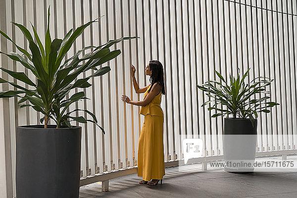 Modische Frau in Gelb gekleidet