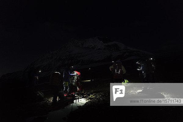 Bergsteiger mit Scheinwerfern bereiten sich bei Nacht vor  Dhaulagiri Circuit Trek  Himalaya  Nepal