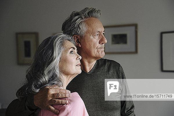 Porträt eines älteren Ehepaares zu Hause