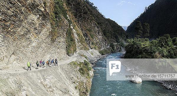 Wandergruppe in Phedi  Dhaulagiri Circuit Trek  Himalaya  Nepal