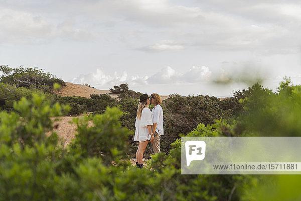 Küssendes junges Paar in der Natur  Ibiza  Balearen  Spanien