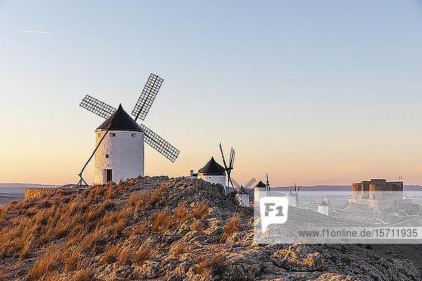 Spanien  Provinz Toledo  Consuegra  Reihe alter Windmühlen auf der Spitze eines Hügels