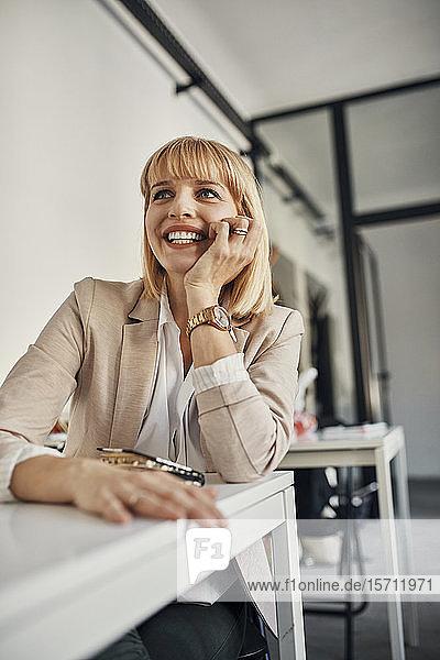 Porträt einer lächelnden Geschäftsfrau in einem Workshop
