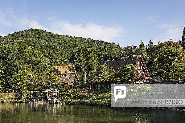 Japan  Takayama  Historisches Hida-Volkendorf mit bewaldetem Hügel im Hintergrund