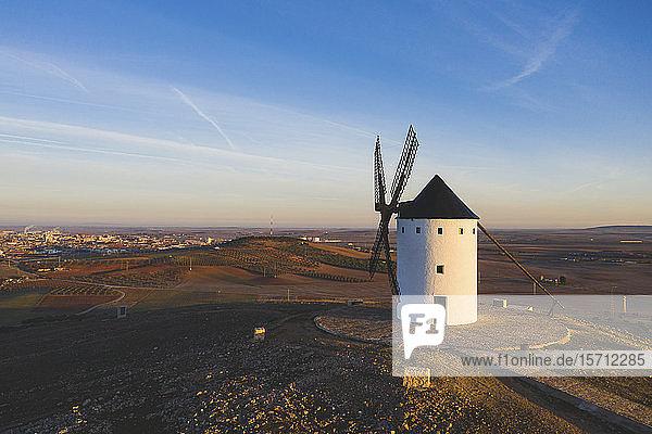 Spanien  Provinz Ciudad Real  Alcazar de San Juan  Windmühle auf dem Land in der Abenddämmerung