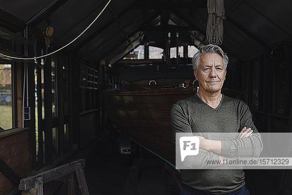 Porträt eines älteren Mannes in einem Bootshaus