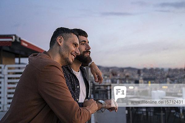 Schwules Paar auf dem Aussichtspunkt über der Stadt  Barcelona  Spanien