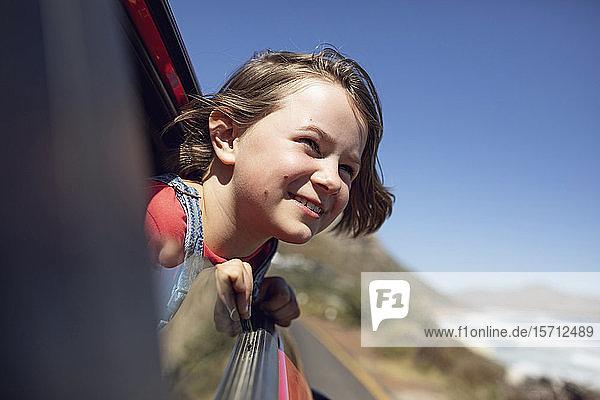 Porträt eines lächelnden Mädchens  das aus dem Autofenster schaut  Kapstadt  Westkap  Südafrika