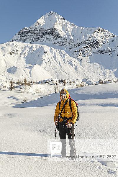 Wandern mit Schneeschuhen in den Bergen  Valmalenco  Sondrio  Italien