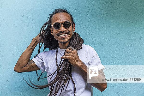 Porträt eines lächelnden reifen Mannes mit Dreadlocks