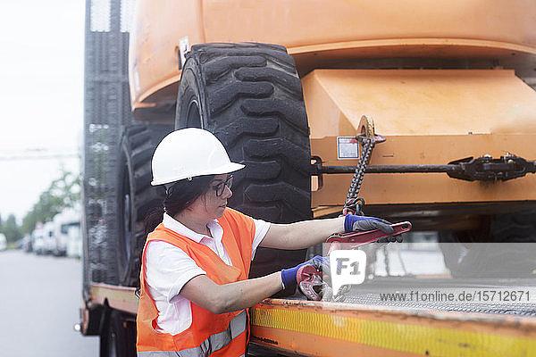 Junge Bauingenieurin auf der Baustelle