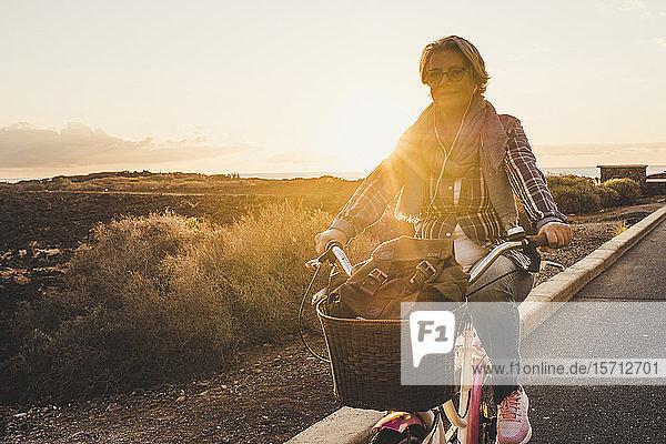 Aktive glückliche ältere Radfahrer bei Sonnenuntergang  Teneriffa