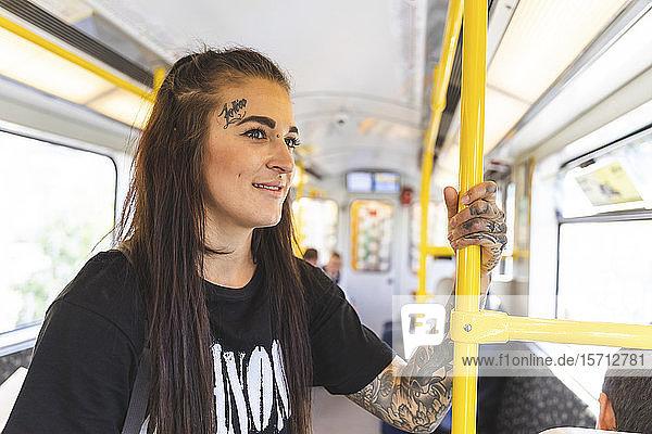 Porträt einer tätowierten jungen Frau in der Hochbahn  Berlin  Deutschland
