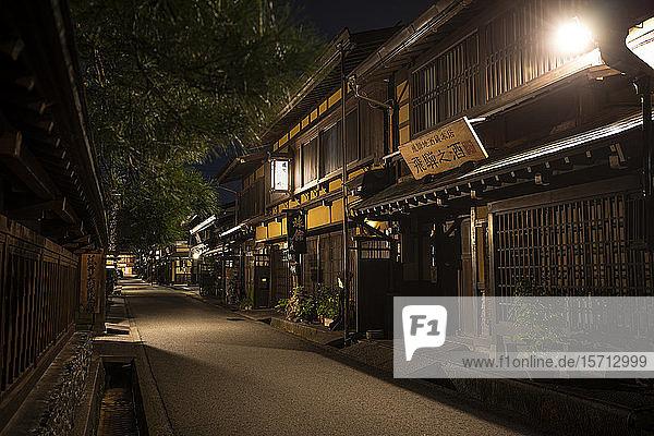 Japan  Takayama  Beleuchtete Straße eines japanischen Dorfes bei Nacht