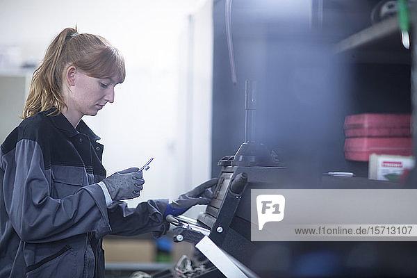 Automechanikerin in einer Reparaturwerkstatt