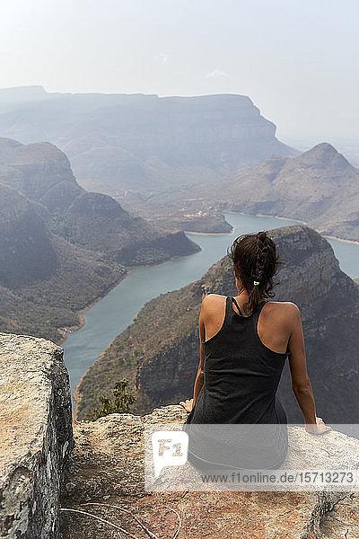 Frau sitzt auf der Spitze eines Felsens im Blyde River Canyon  Südafrika