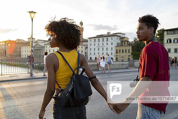 Junges Touristenpaar erkundet die Stadt bei Sonnenuntergang  Florenz  Italien Junges Touristenpaar erkundet die Stadt bei Sonnenuntergang, Florenz, Italien