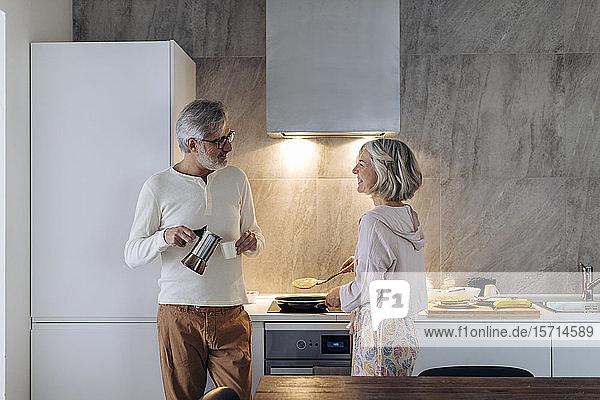 Reifes Paar morgens in der Küche zu Hause Reifes Paar morgens in der Küche zu Hause