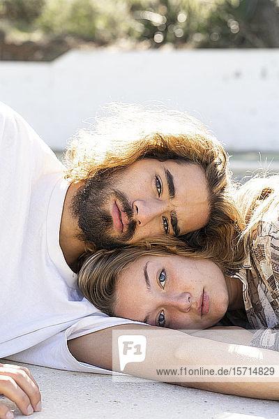 Porträt eines jungen Paares Kopf an Kopf im Freien