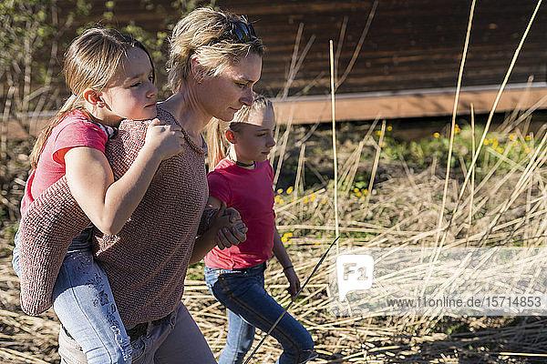 Mutter und Töchter beim Spaziergang in der Natur