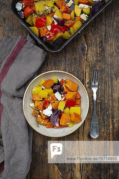Gebackenes Gemüse: Hokkaido-Kürbis  Kartoffeln  Paprika und rote Zwiebeln mit Thymian und Feta-Käse