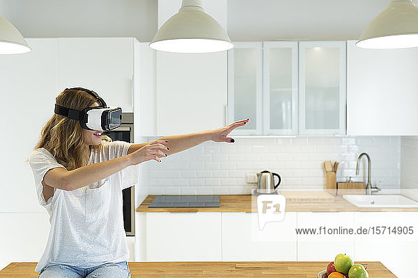 Weiblicher Teenager in der Küche mit VR-Brille