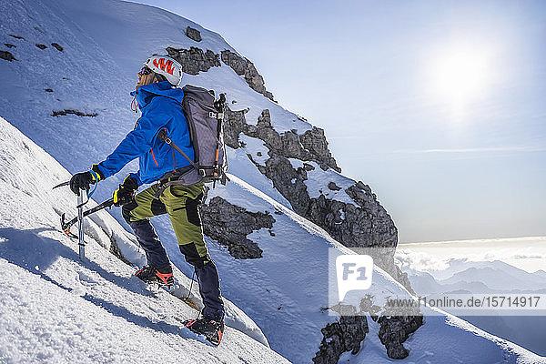 Alpinist besteigt einen schneebedeckten Berg  Orobie Alps  Lecco  Italien