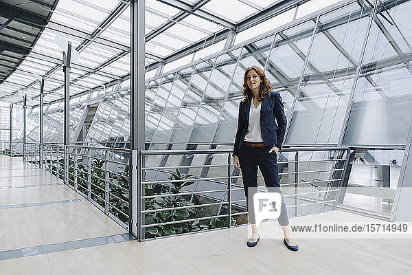 Porträt einer selbstbewussten Geschäftsfrau in einem modernen Bürogebäude