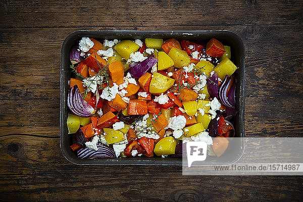 Gehacktes Gemüse: Hokkaido-Kürbis  Kartoffeln  Paprika und rote Zwiebeln mit Thymian und Fetakäse auf Backblech