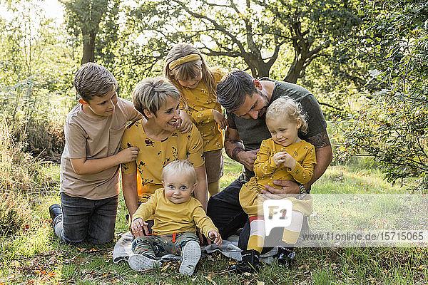 Gruppenbild einer Familie auf einer Wiese