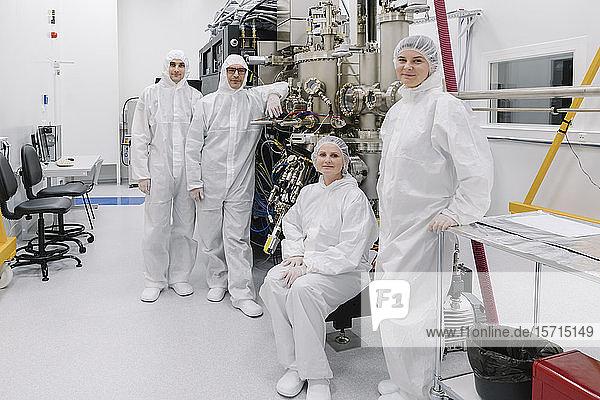 Porträt von selbstbewussten Wissenschaftlern im Labor